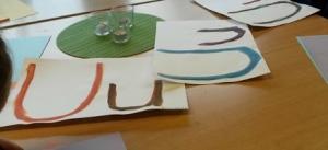 Vi målar bokstäver med vattenfärg.